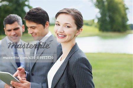 Gens d'affaires debout ensemble en plein air