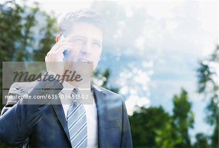 Kaufmann am Handy sprechen und mit Fenster Blick