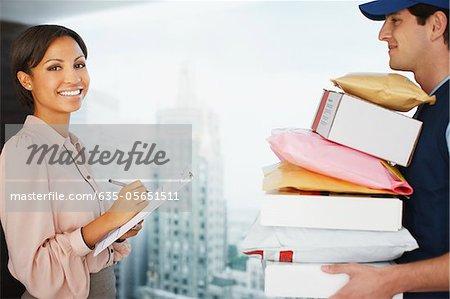 Femme d'affaires signature de packages office