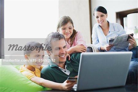 Laptop zusammen mit Familie