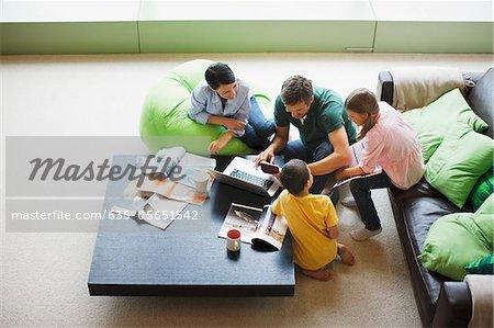 Familie mit Laptop zusammen im Wohnzimmer