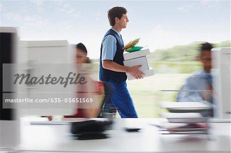 Livreur marchant avec paquets au bureau