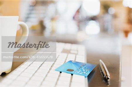 Nahaufnahme von Kreditkarte auf Tastatur