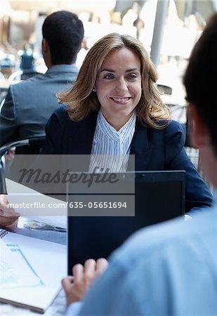 Geschäftsleute, die gemeinsam in einem Straßencafé