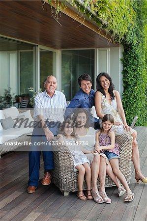 Famille détente ensemble sur patio