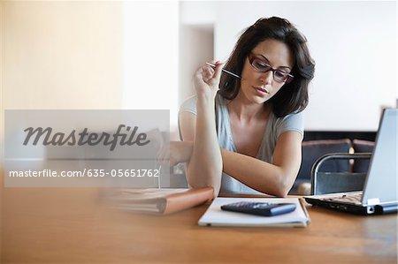Frau sitzt am Schreibtisch Blick auf notebook