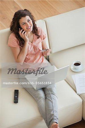 Femme achats en ligne avec carte de crédit