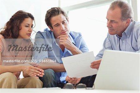 Paar geht über Papierkram mit Finanzberater