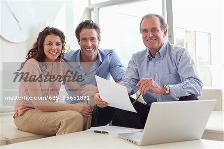 Paar, sitzen auf dem Sofa mit Finanzberater