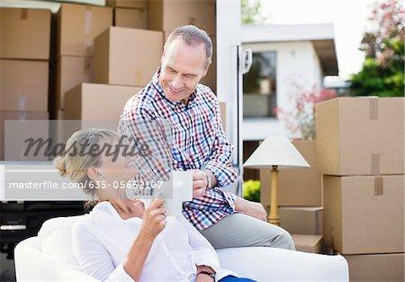 Couple de boire du café près de camion de déménagement