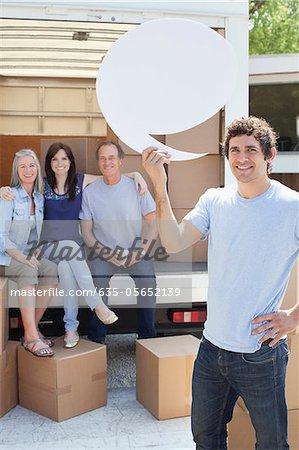 Amis de déchargement de camion de déménagement, un homme tenant la bulle de commentaire