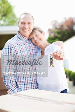 Femme tenant les clés au nouveau domicile