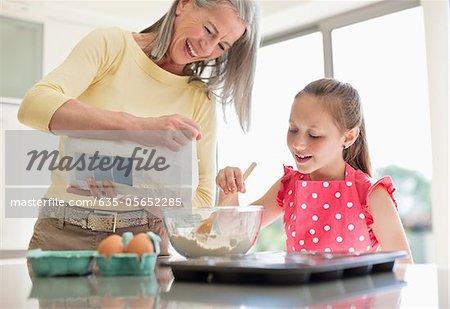 Großmutter und Enkelin, Backen Muffins zusammen