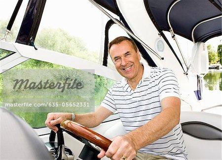 Homme de conduite de bateau sur la rivière