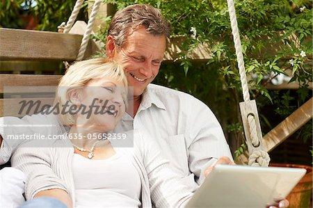 Paar zusammen verwenden digitale Tablet im freien