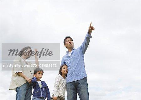 Famille en levant vers le ciel