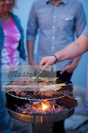 Barbecue avec des légumes sur la grille du barbecue