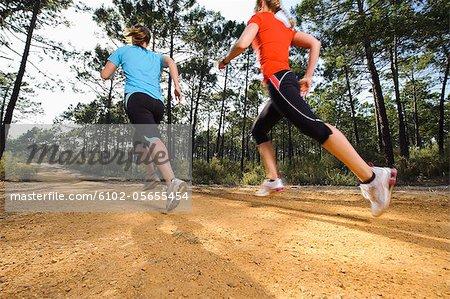 Junge Frauen Joggen, Flachwinkelansicht