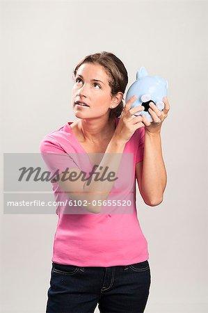 Frau mit Sparbüchsen