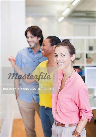 Porträt von lächelnd geschäftsfrau am Whiteboard in treffen