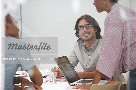 Gens d'affaires avec ordinateur portable en réunion