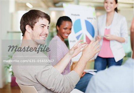 Gens d'affaires discutant camembert en réunion