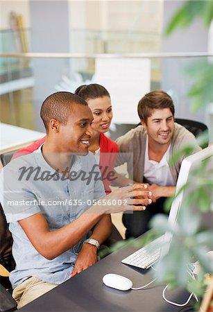 Geschäftsleute, die mit Computer im Büro