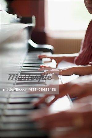 Gros plan des mains piano