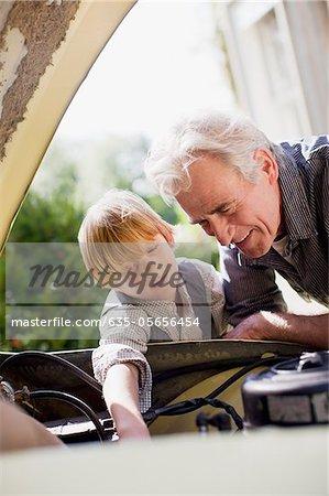 Grand-père et le petit-fils de regarder sous le capot automobile