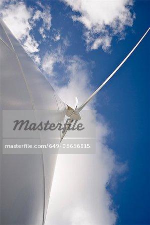 Faible angle vue d'éolienne