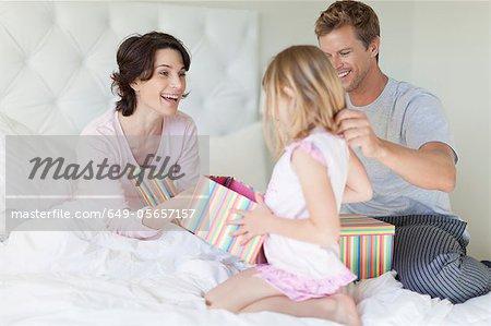 Familie bringen Mutter präsentiert im Bett