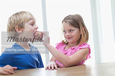 Kinder essen Apple in Küche