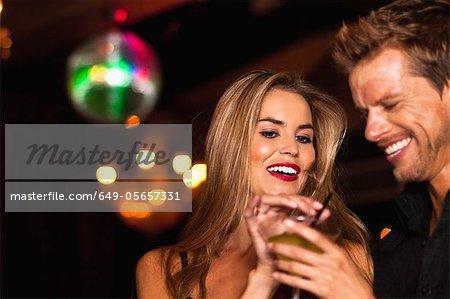Lächelnd Paar mit Cocktail im club