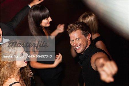 Mann zeigen und tanzen im club
