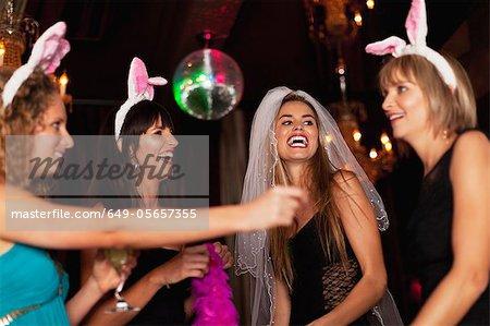 Frauen mit Bachelorette-Party in der Bar