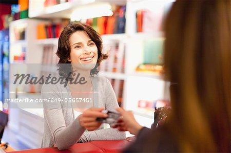 Femme achats avec carte de crédit en magasin