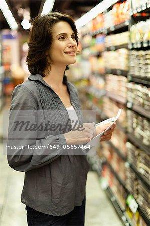 Sourire de femme épicerie