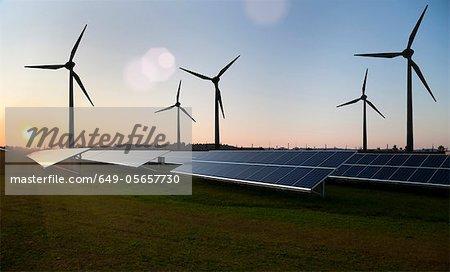 Éoliennes et panneaux solaires dans le champ