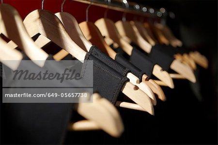 Gros plan de robes sur cintres