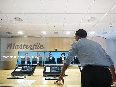 Gens d'affaires ayant la vidéoconférence