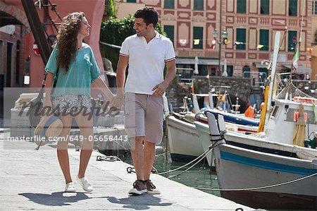 Paar walking von städtischen Anlegestelle