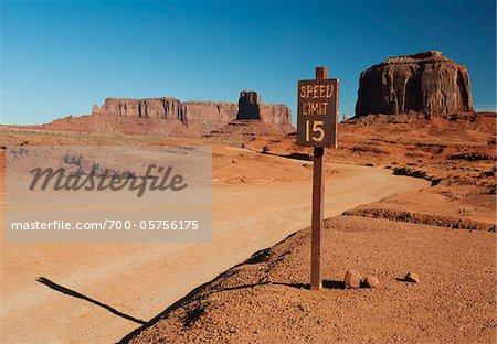 Panneau de limite de vitesse et route à travers la Monument Valley, réservation de la Nation Navajo, Arizona, USA