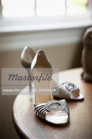 Chaussures à talons haut argent sur la Table