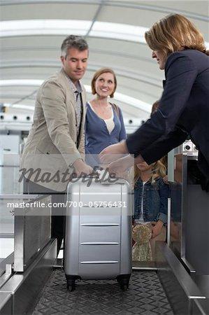 Famille vérification des bagages à l'aéroport
