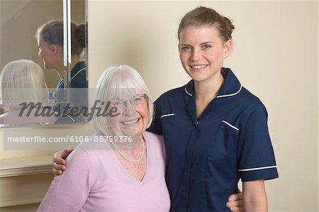 Portrait d'un soignant et son patient senior souriant