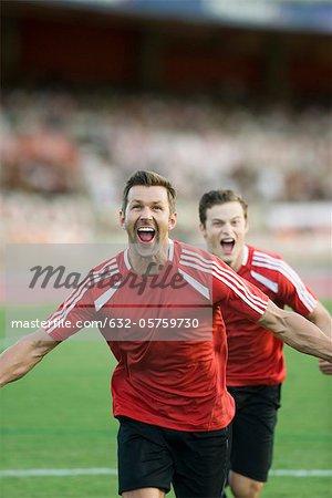 Joueurs de football crier victoire