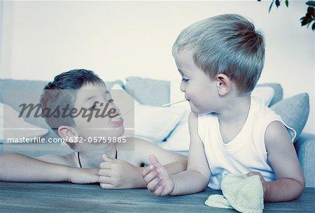 Junge Brüder Essen Lutscher