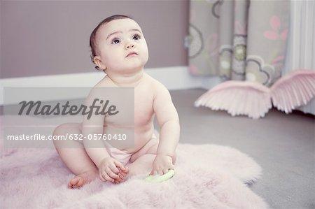 Bébé assis sur le tapis, portrait