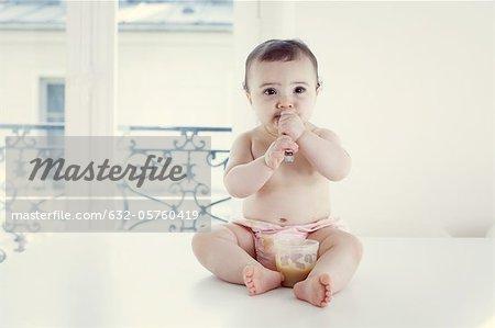 Kleinkinder essen Babynahrung mit Löffel, Porträt