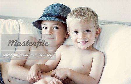 Jeunes frères assis sur le canapé, portrait